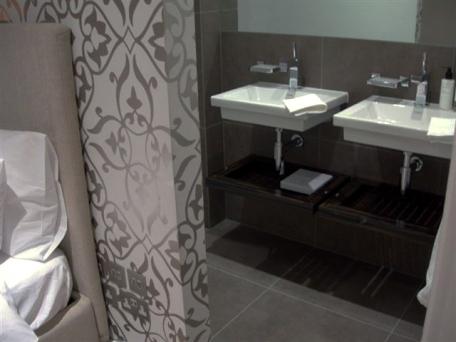 a-home-in-londons-kensington-bedroom-en-suite-c2a9anna-hansson-design-ltd