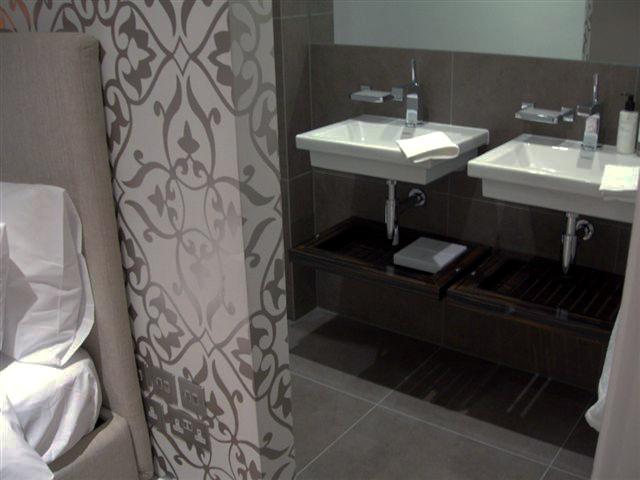 ©Anna Hansson Design-home-in-londons-kensington-bedroom-en-suite